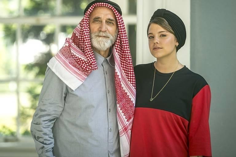 Aziz Abdallah (Herson Capri), o poderoso sheik das arábias,  e Dalila (Alice Wegmann)