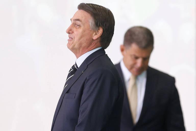 O presidente Jair Bolsonaro, que demitiu o antigo braço direito Gustavo Bebianno (ao fundo) da Secretaria-Geral da Presidência
