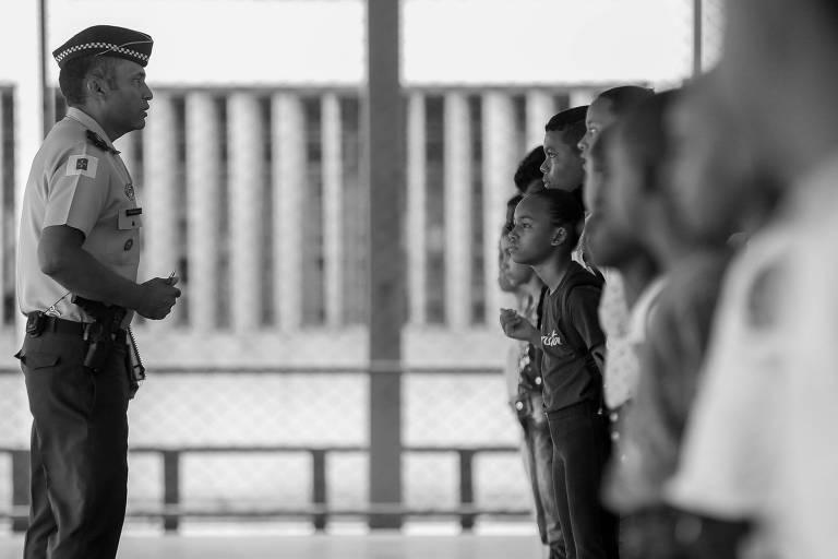 Alunos do Centro de Ensino 1 (CED) da Estrutural, no Distrito Federal, que foi transformado em escola da Polícia Militar