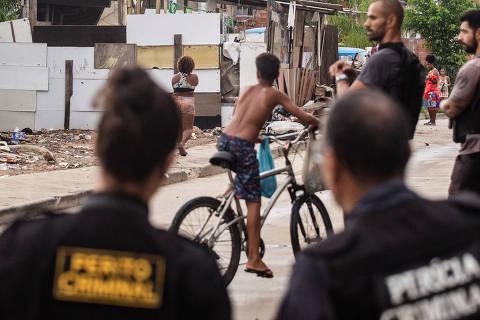 RIO DE JANEIRO, RJ, 18.02.2019: Peritos da Policia civil, Defensoria Publica e Ministerio Publico vao a comunidade de Manguinhos para pericia das denuncias que snipers estariam matando moradores de uma torre de dentro da Cidade da Policia. Manguinhos, Rio de janeiro. (Foto: Zo Guimaraes/Folhapress, Cotidiano) ***EXCLUSIVO FOLHA***