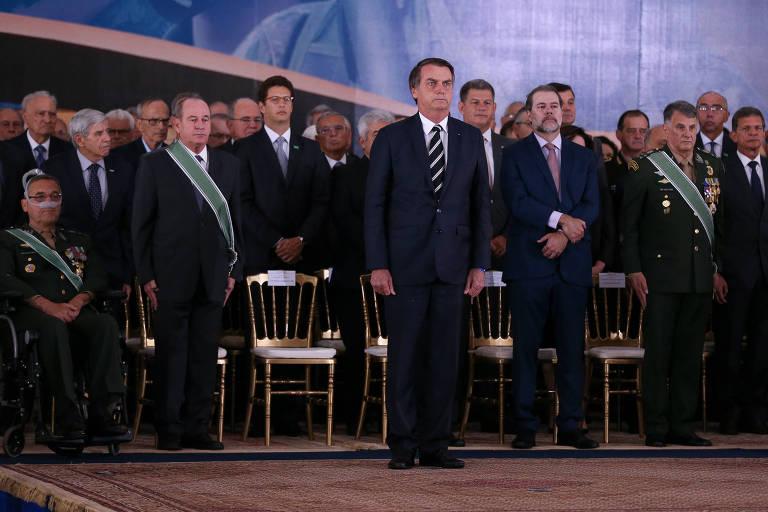 O presidente Jair Bolsonaro participa, ao lado de outros ministros, da solenidade de posse do novo comandante do Exército