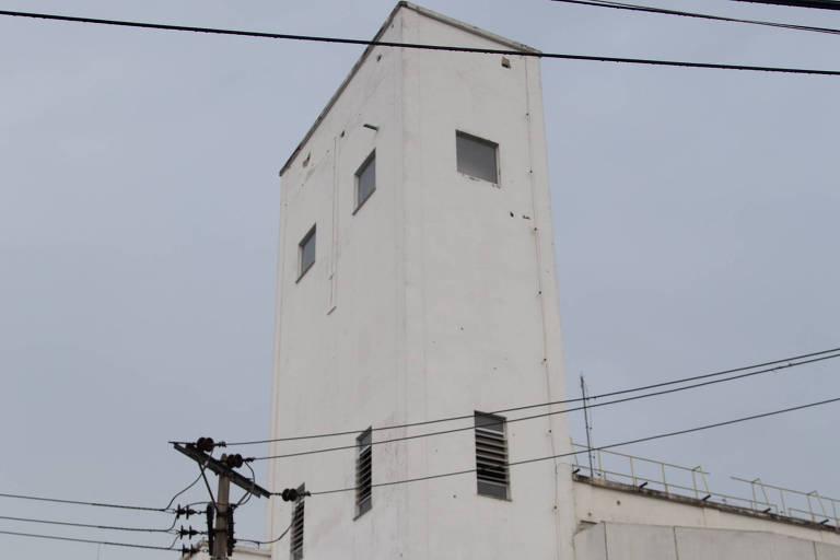 Torre de onde podem ter saído tiros disparados contra moradores de Manguinhos, no Rio