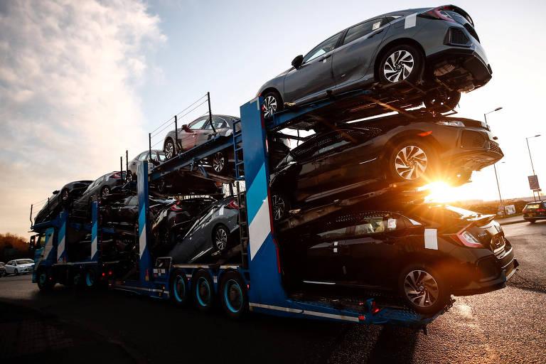 Caminhão cegonha da Honda transporta carros produzidos na fábrica da Honda em Swindon, no Reino Unido - Eddie Keogh/Reuters