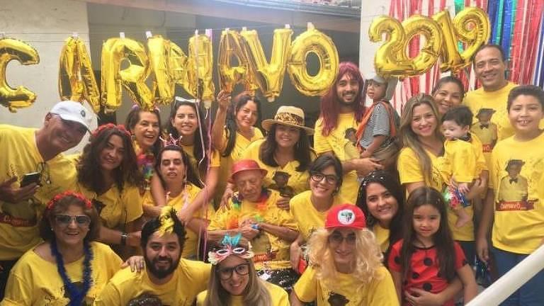 Há nove anos, Teotonio Pires Ferreira ganha uma festa de carnaval com a família