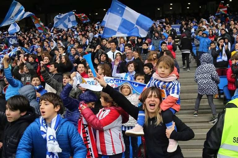 Torcedora da Real Sociedad segura menina nos ombros em jogo da equipe feminina do clube basco
