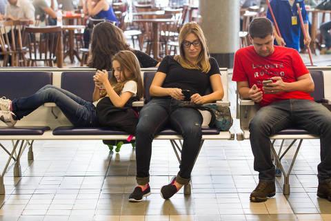 SAO PAULO, SP, BRASIL, 06.04.17 09h Pessoas passam o tempo no aeporto de Congonhas, em Sao Paulo, usando o celulare, fazendo compras, comendo nos restaurantes, trabalhando, dormindo, enquanto aguardam o voo. (Foto: Marcus Leoni / Folhapress, REVISTA)