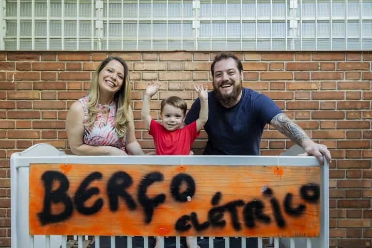 Julia e Diogo, criadores do bloco Berço Elétrico, e o filho Pedro, 2