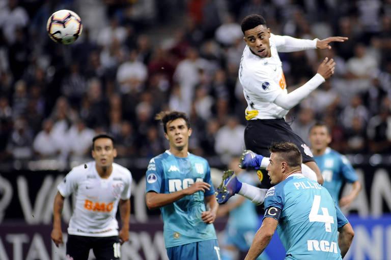 Gustavo cabeceia a bola durante jogo do Corinthians contra o Racing 26b042fbe1945