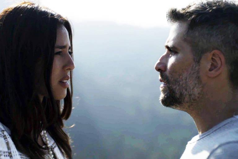 Laura (Yanna Lavigne) e Gabriel (Bruno Gagliasso) ficam cara a cara no orelhódromo de Serro Azul