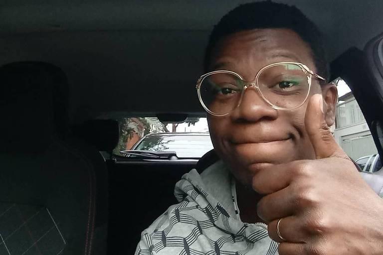 O ator Alexandre Rodrigues dirige Uber para complementar renda