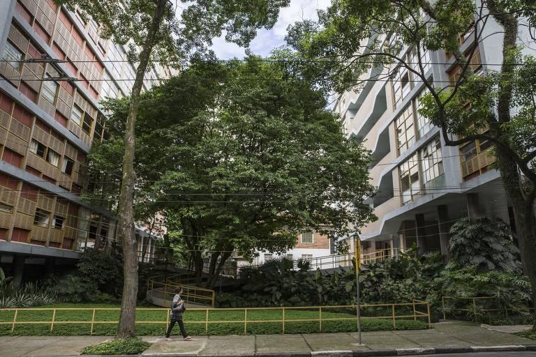 O edifício Louveira, na praça Vilaboim, região central de São Paulo, é um dos bens tombados pelo Condephaat