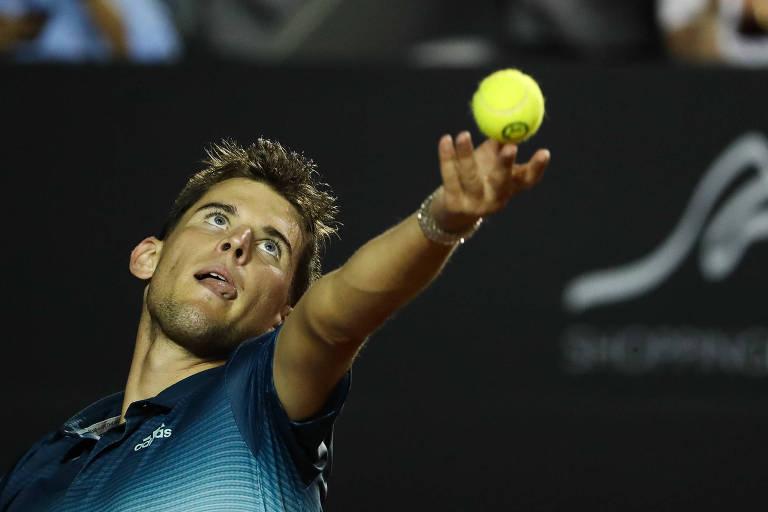 O tenista austríaco Dominic Thiem em ação pelo Rio Open