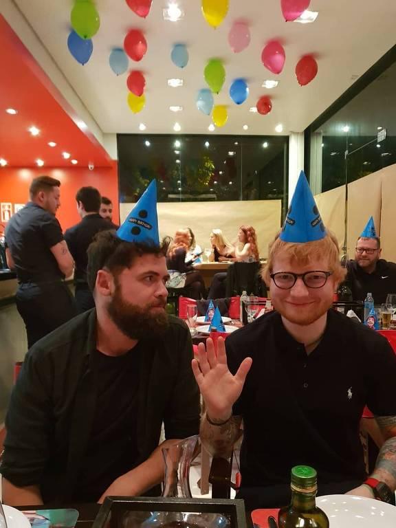 Ed Sheeran comemora aniversário em pizzaria de Porto Alegre