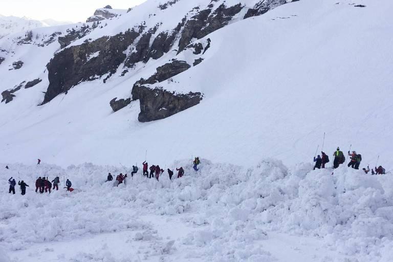 Equipes de resgate em Crans-Montana, nos Alpes suíços, no local da avalanche que deixou três esquiadores feridos e um morto