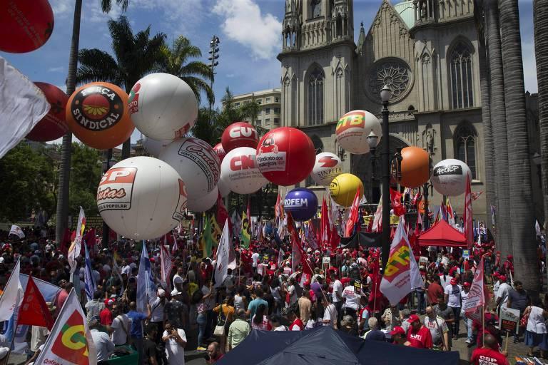 Sindicalistas duranta protesto na Praça da Sé, em São Paulo, contra a reforma da Previdência