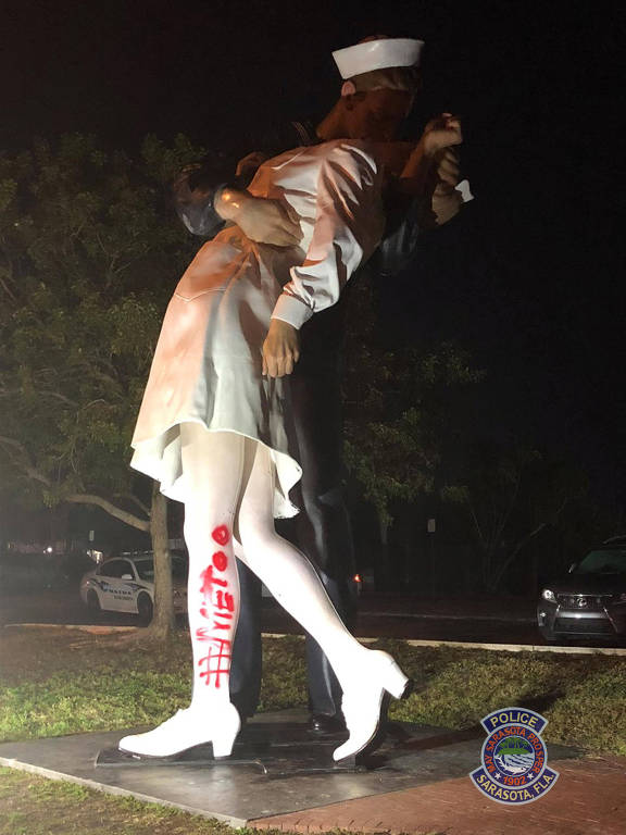 Estátua com os dizeres #MeToo pintados com spray vermelho em Sarasota, na Flórida