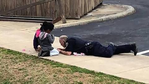 Policial brinca de bonecas com crianças na rua para que elas percam medo da polícia