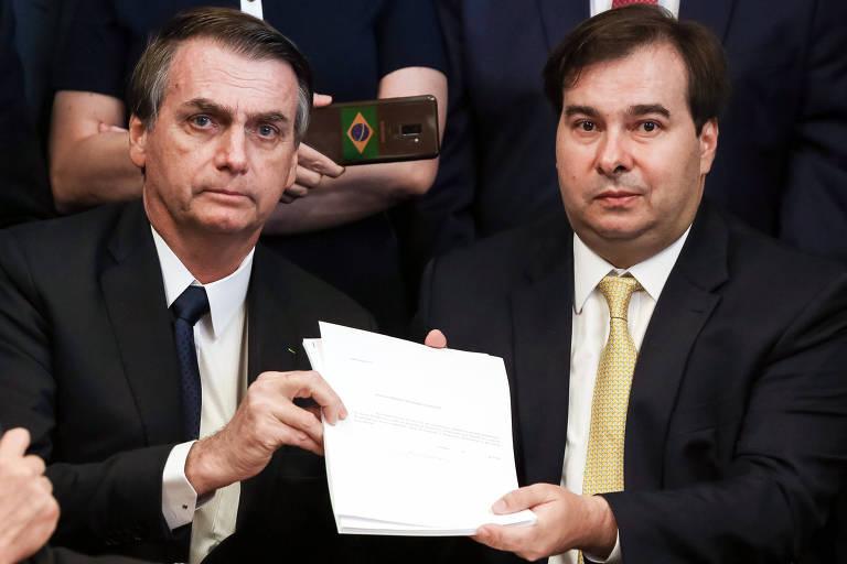 O presidente Jair Bolsonaro e o presidente da Câmara, Rodrigo Maia (DEM-RJ), mostram a proposta para Previdência