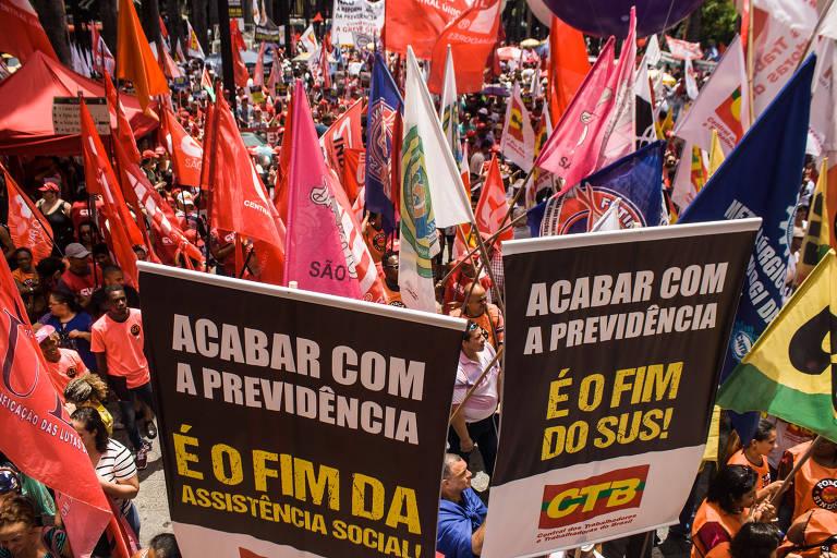 Imagem de pessoas com bandeiras de sindicatos em protesto