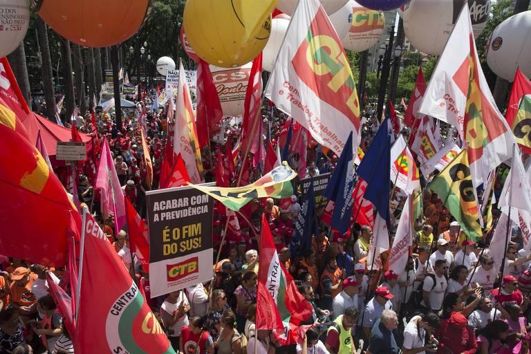 imagem de sindicalistas com bandeiras em protesto