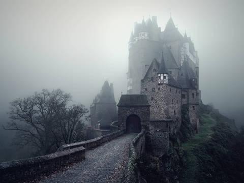 O castelo de Eltz, no oeste da Alemanha; medieval, o local continua habitado pela mesma família desde aqueles tempos e é uma das típicas construções que influenciaram os contos de fadas e  imaginação do tempo dos cavaleiros na Europa