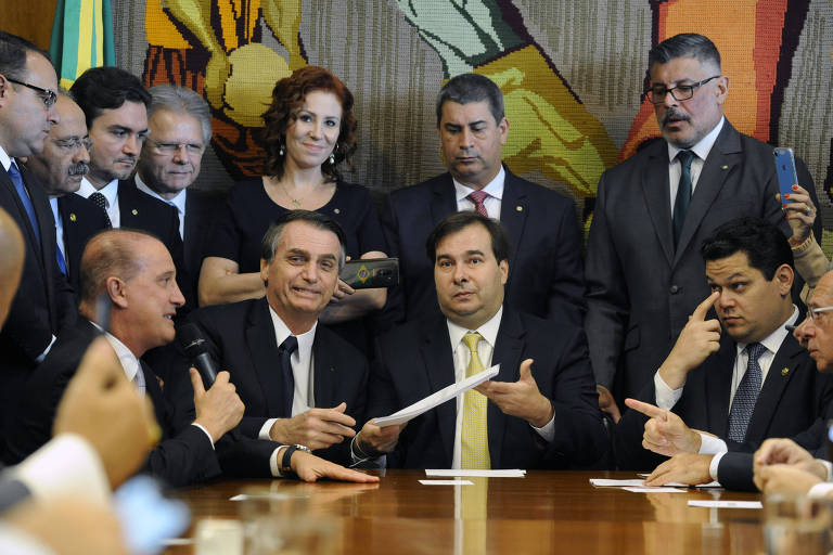 O  Presidente da Câmara dos Deputados, Rodrigo Maia (DEM-RJ), recebe das mãos de Jair Bolsonaro a proposta da reforma da Previdência
