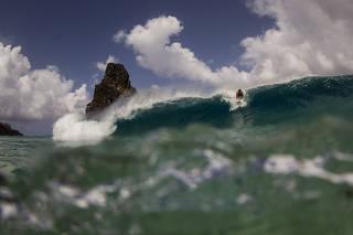 Surfista na praia Cacimba do Padre, em Fernando de Noronha (PE)