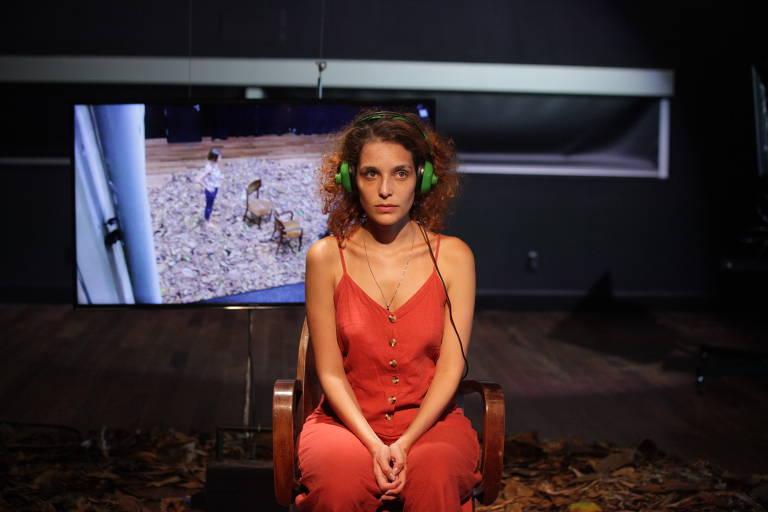 Cena do espetáculo 'frequencia ausente.doc' com a atriz Ynara Marson
