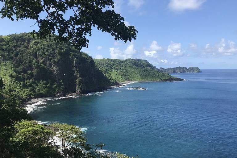 Mar e montanhas cobertas de vegetação