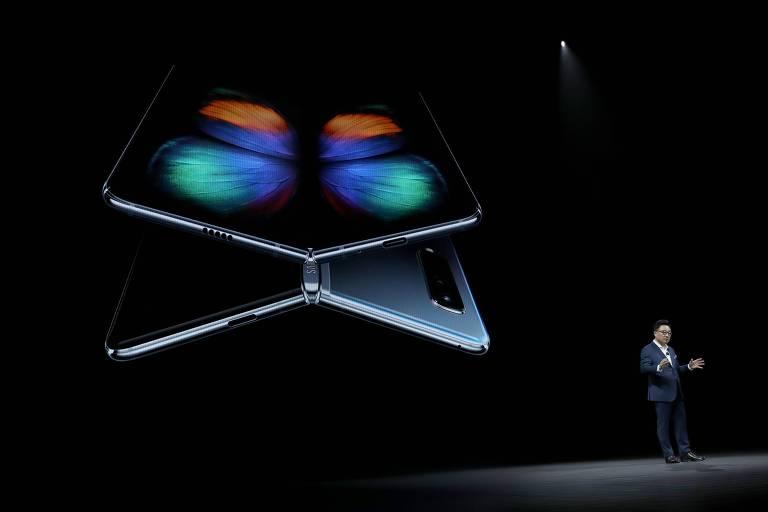 DJ Koh, chefe da divisão de tecnologia de informação e comunicações móveis da Samsung, apresenta em San Francisco o Galaxy Fold