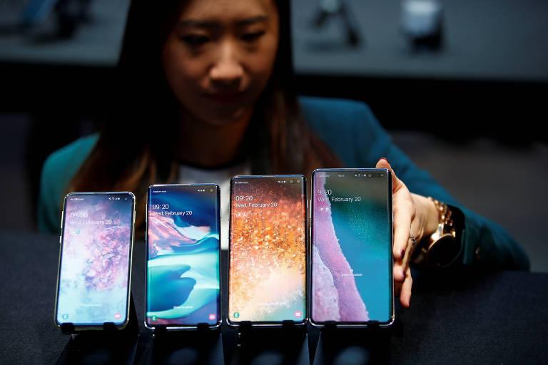 Funcionária da Samsung apresenta a nova linha Galaxy S10 em evento em Londres