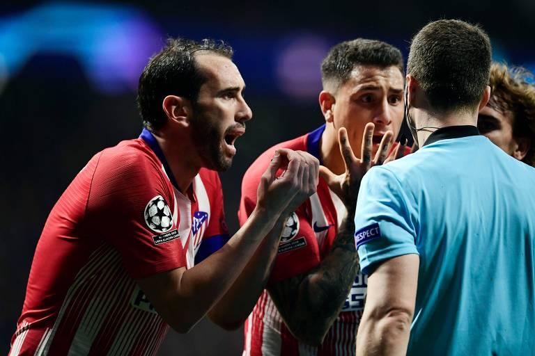 Jogadores do Atlético de Madrid reclamam com o árbitro após anulação de gol que teve auxílio do VAR