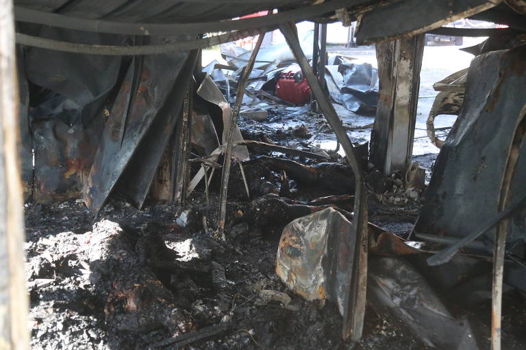 Imagem do interior do centro de treinamento do Flamengo após o incêndio que matou dez jogadores das categorias de base