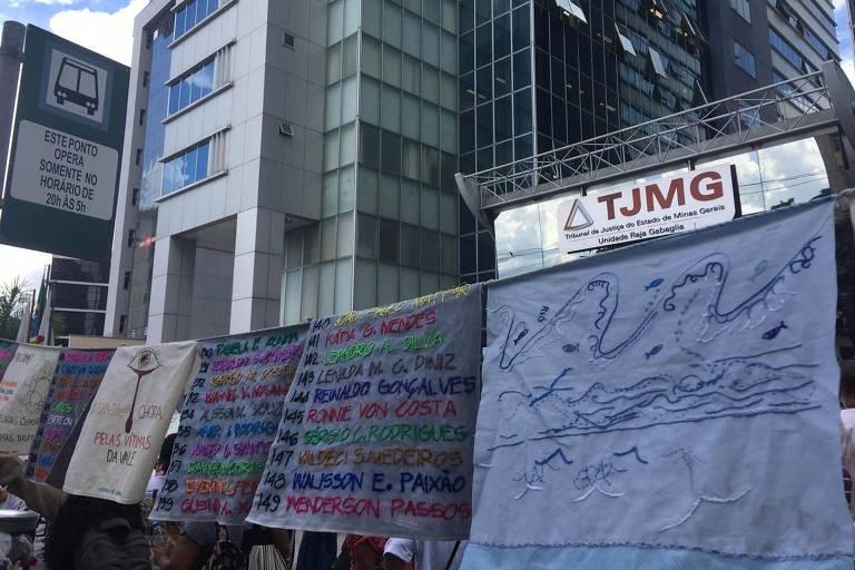 Protesto de atingidos pela tragédia de Brumadinho em frente ao Tribunal de Justiça em Belo Horizonte