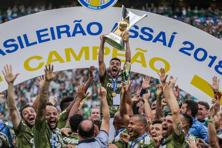 Bruno Henrique, do Palmeiras ergue a taça de campeão brasileiro do ano passado