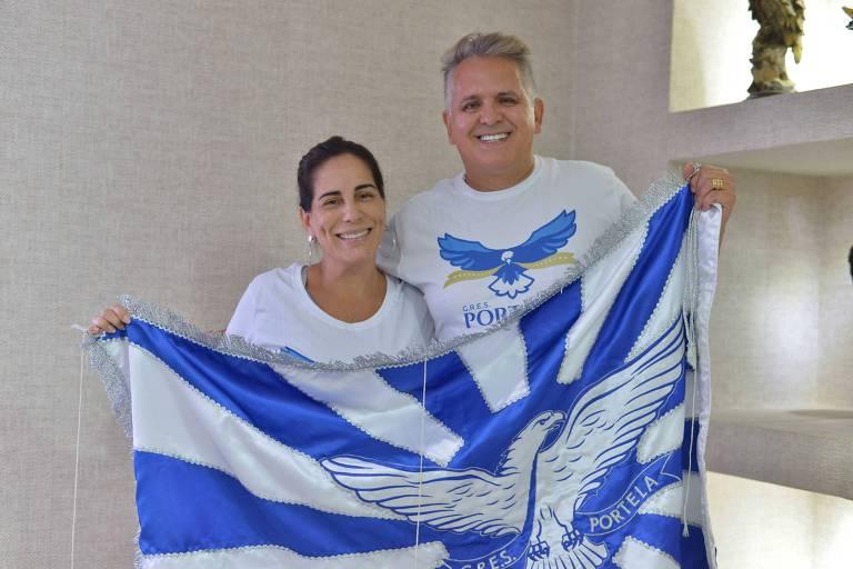 Gloria Pires e Orlando Morais posam com bandeira da Portela no barracão; a atriz será a mãe de Clara Nunes, cantora homenageada no samba enredo desse ano