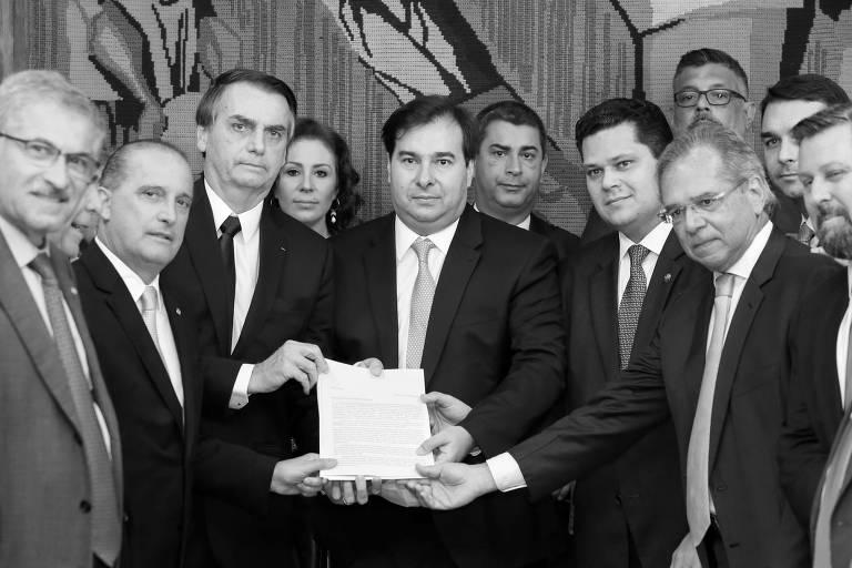 Com o texto da reforma da Previdência e acompanhado de Onyx Lorenzoni (Casa Civil) e Paulo Guedes (Economia), o presidente Jair Bolsonaro posa com os presidente da Câmara, Rodrigo Maia, e do Senado, Davi Alcolumbre