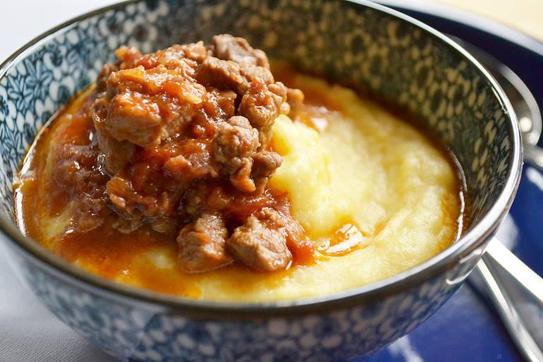 Polenta mole servida com ragu de carne