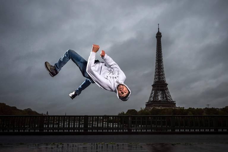 B-boy Sos pratica break dance em frente à Torre Eiffel, em Paris