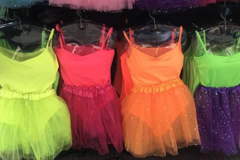 Carnaval 2019: Saias de tule e maiôs em tons neon no comércio de rua da região da 25 de Março, em São Paulo