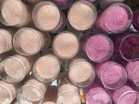 Potes de glitter a venda em lojas da região da 25 de Março, centro de comécio popular de São Paulo
