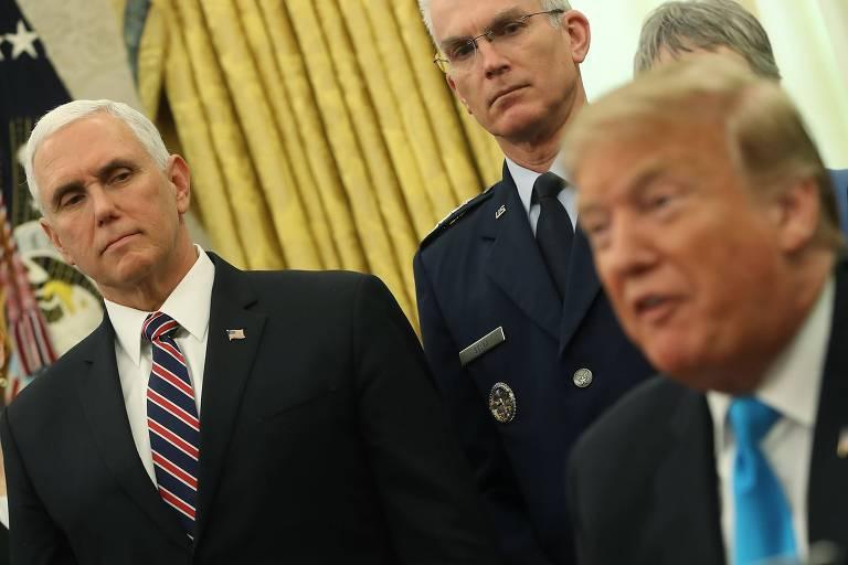 O vice-presidente Mike Pence (E) com o presidente dos EUA, Donald Trump, no Salão Oval da Casa Branca