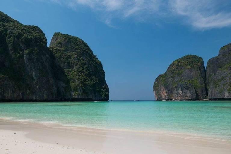 Praia com água verde e morros