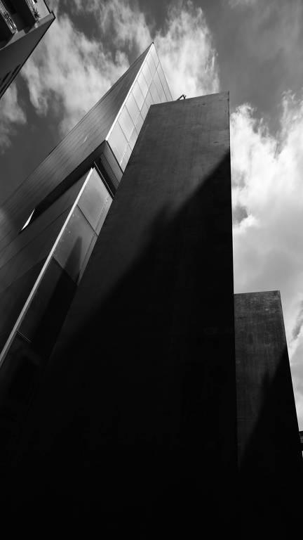 escultura de metal ao lado de predio