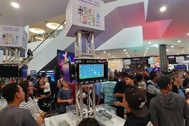 Público joga games novos e antigos