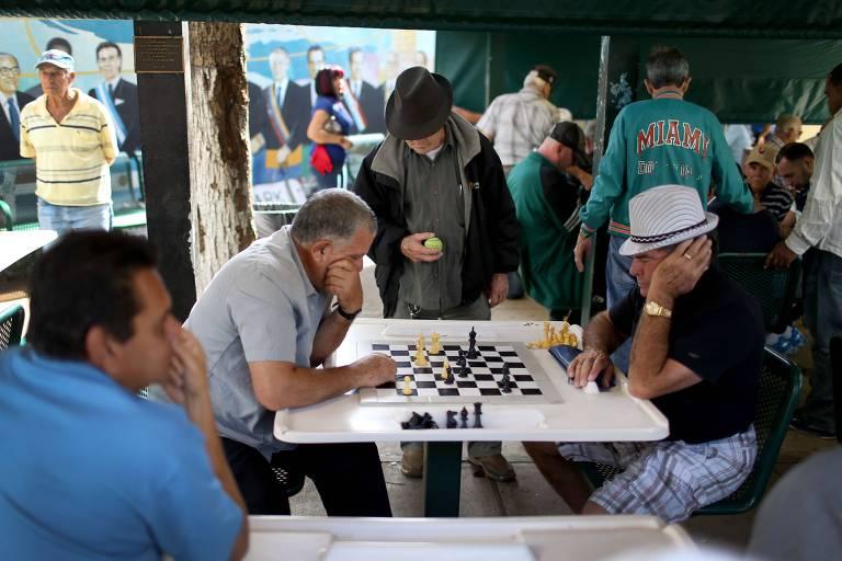 Moradores jogam xadrez no bairro de Little Havana, em Miami, na Flórida, bairro que abriga cubanos