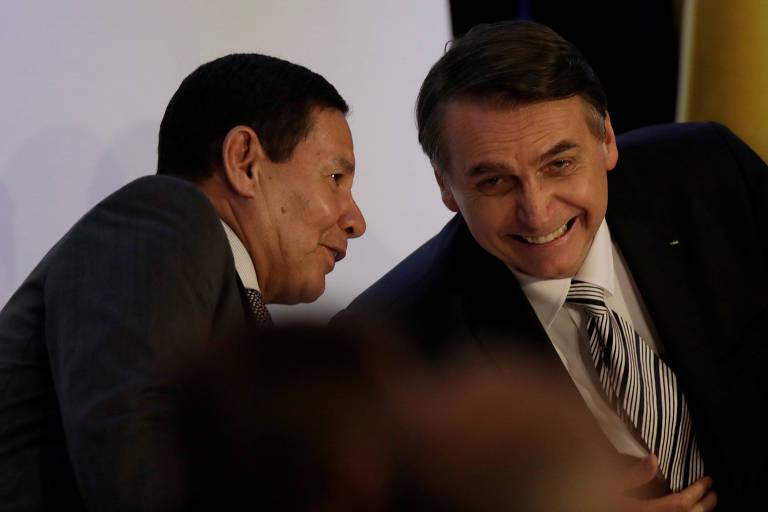 O vice Hamilton Mourão fala com Jair Bolsonaro durante evento em Brasília