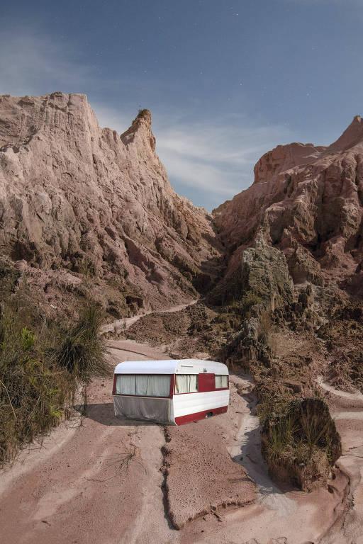 Um trailer vermelho e branco entre rochas