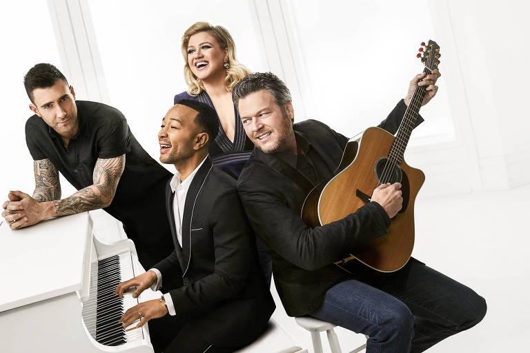 Acompanhado pelos veteranos Blake Shelton, Adam Levine e Kelly Clarkson, John Legend  substitui Jennifer Hudson no The Voice