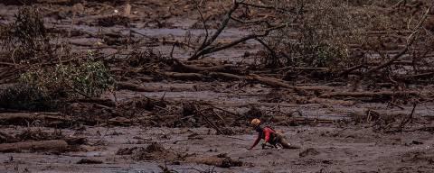 BRUMADINHO, MG, BRASIL, 02-02-2019: Bombeiros trabalham na lama perto da linha férrea que caiu. Barragem da Vale, da mina Corrego do Feijão, rompeu na sexta-feira 25. (Foto: Eduardo Anizelli/ Folhapress, COTIDIANO)